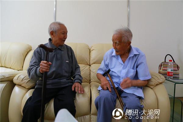 70多岁老人坐飞机